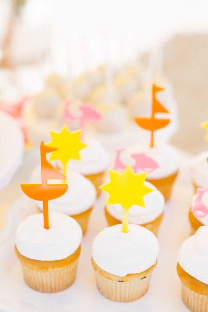 Cupcakes coloridos para os convidados do mesversário