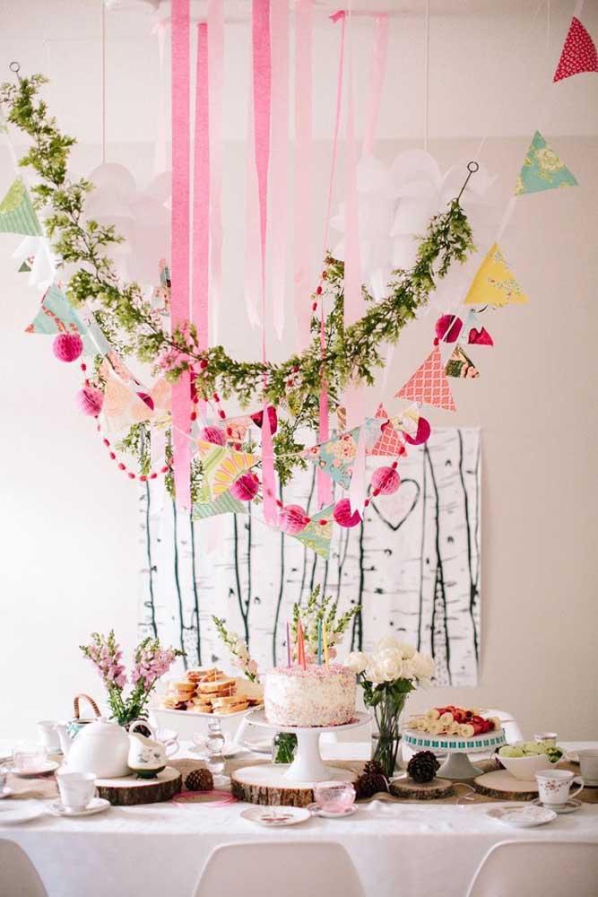 Bandeirolas e flores decoram esse mesversário de inspiração romântica e rústica