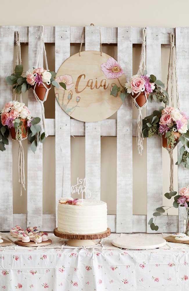 E por falar em rústico, olha que linda ideia de decoração para um mesversário; simples e bonito!
