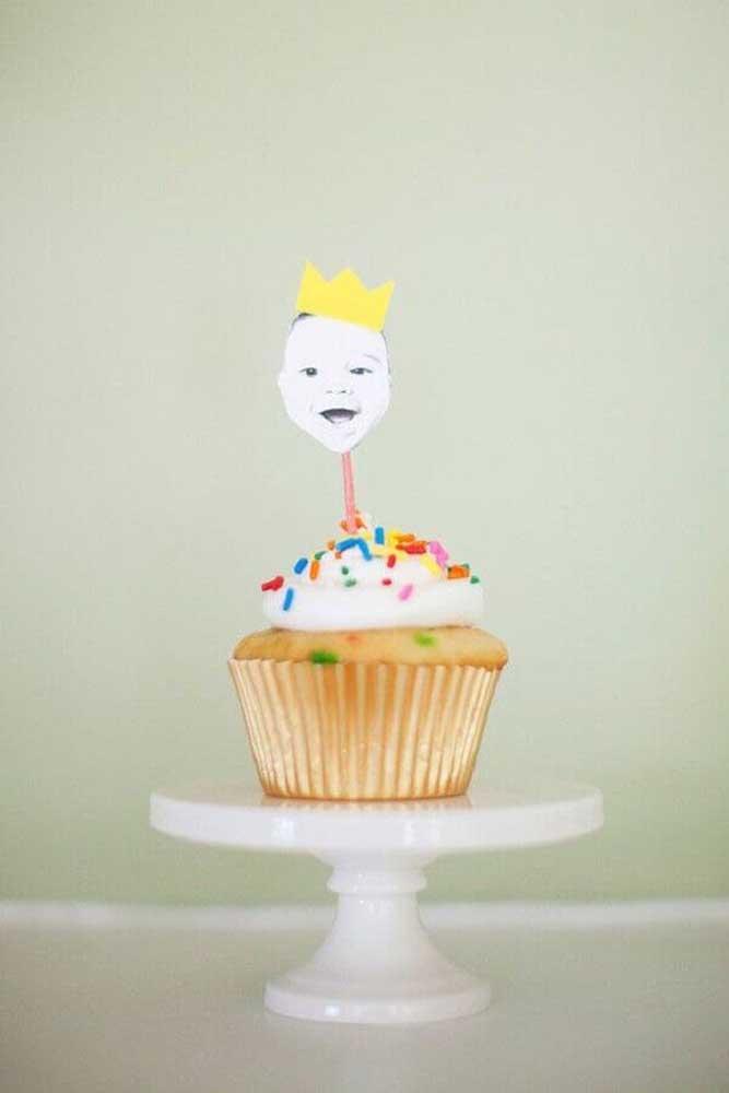 O rostinho do bebê acompanha a decoração dos cupcakes do mesversário