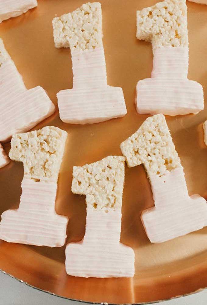 Anote essa ideia: porções individuais de bolo no formato do mês que está sendo comemorado