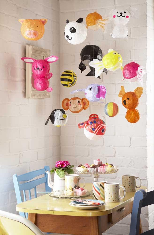 Balões e cupcakes decoram com muita graça e alegria esse mesversário