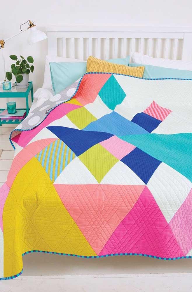 Colcha de patchwork com retalhos em tamanhos variados; uma proposta diferente e criativa que vale a pena se inspirar