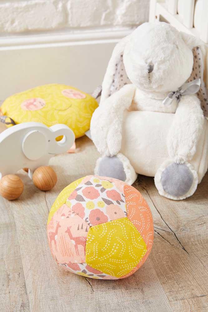 Os brinquedos das crianças também podem ser feitos em patchwork, como essa bola