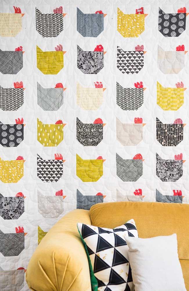Muito charmoso e divertido esse painel com galinhas em patchwork decorando a sala de estar