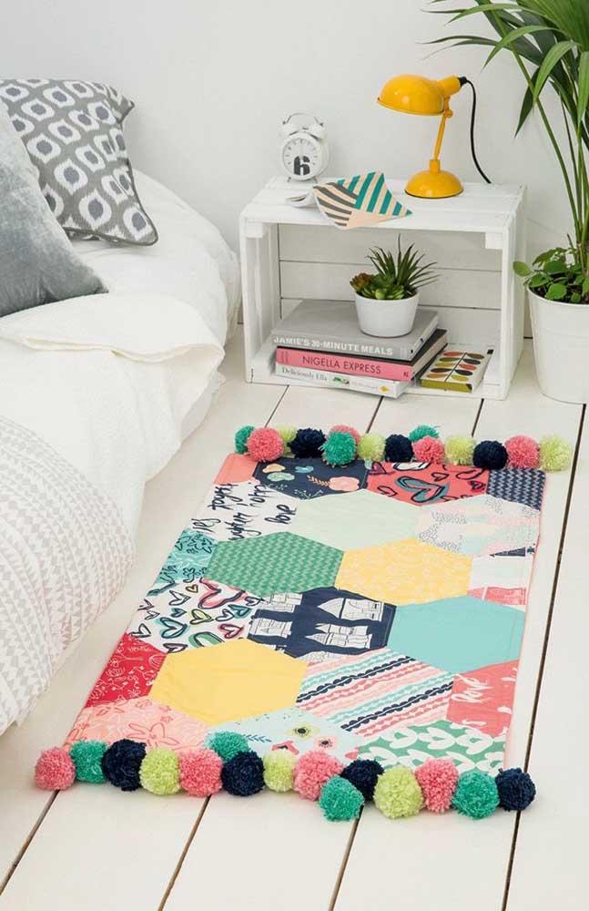Tapete para a beira da cama feito em patchwork e finalizado com pompons de lã
