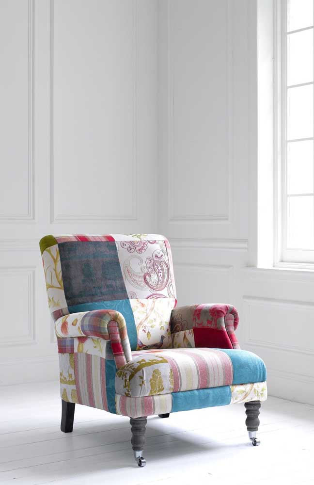 Uma poltrona clássica revestida com patchwork; ficou bonita, não ficou?