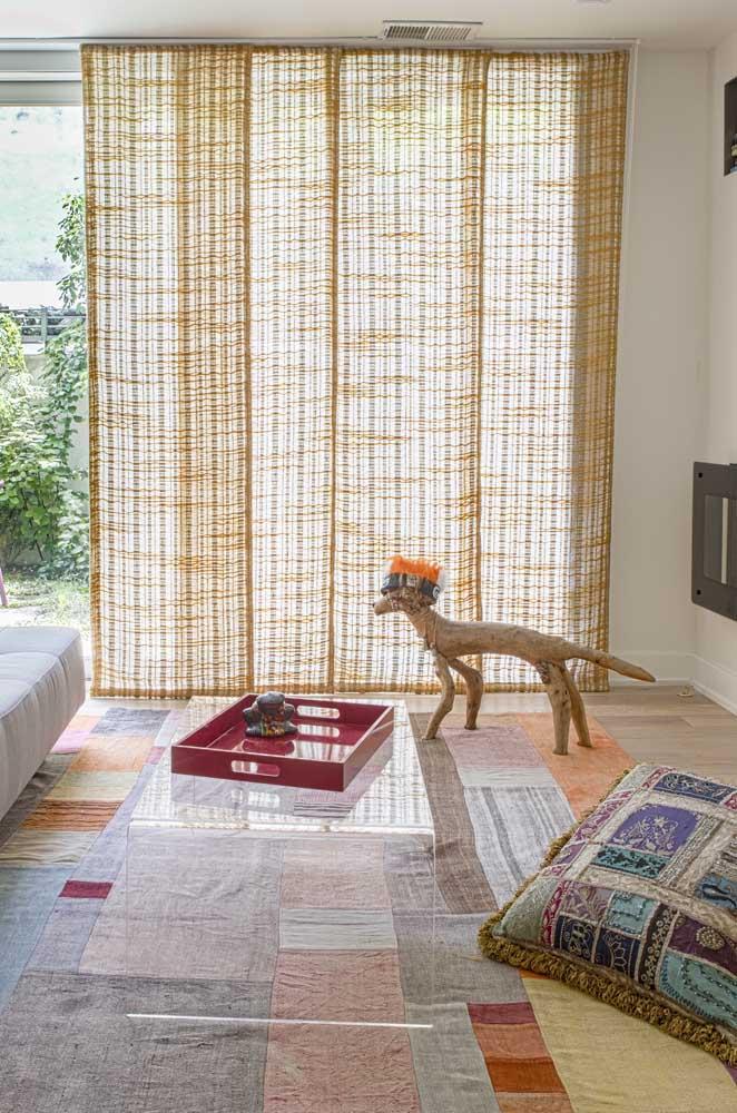 Sala de estar decorada com tapete e almofadas em patchwork; a técnica super versátil pode ser usada em diferentes espaços da casa