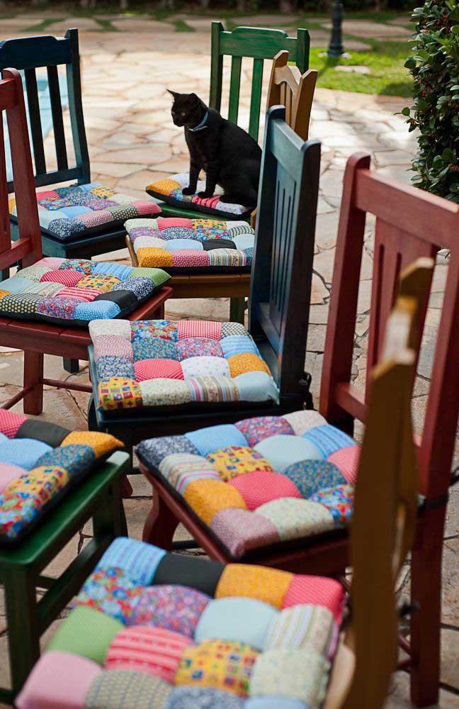 Dê um toque colorido e alegre às cadeiras da sala de jantar usando almofadas em patchwork