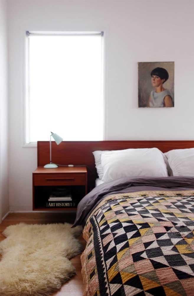 Com uma paleta de cores neutras e sóbrias, essa colcha de patchwork é o destaque do quarto do casal