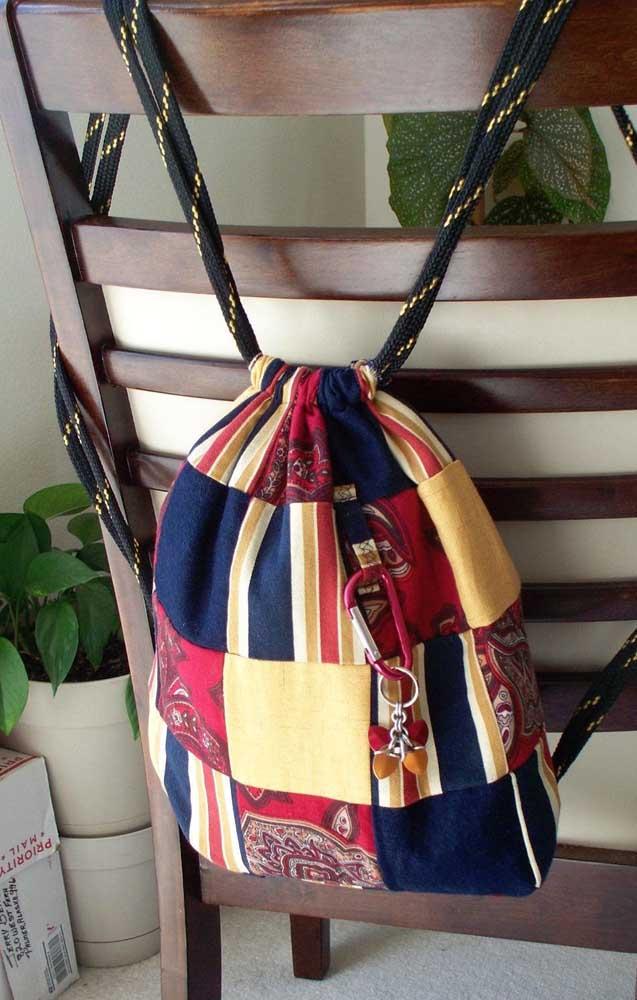 Bolsa mochila em patchwork com uma linda composição de cores primárias