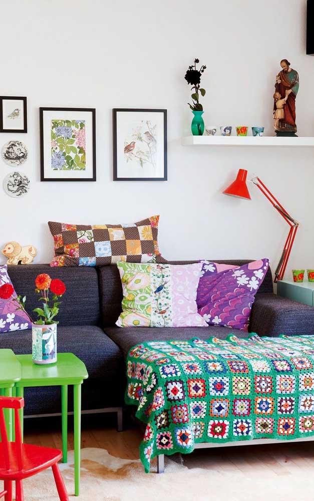 Uma combinação bem brasileirinha nessa sala: patchwork de crochê com patchwork de algodão
