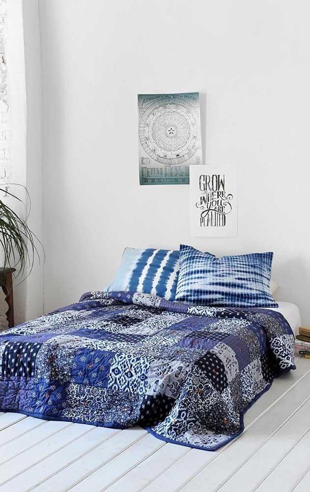 Colcha em patchwork em tons de azul e preto; você escolhe a combinação de cores que mais combina com a sua decor