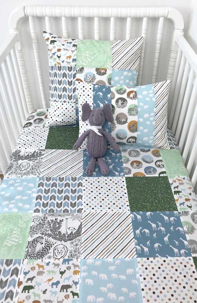 A roupa de cama do bercinho foi toda feita em patchwork; repare que o padrão de estampas usadas na peça é de bichinhos