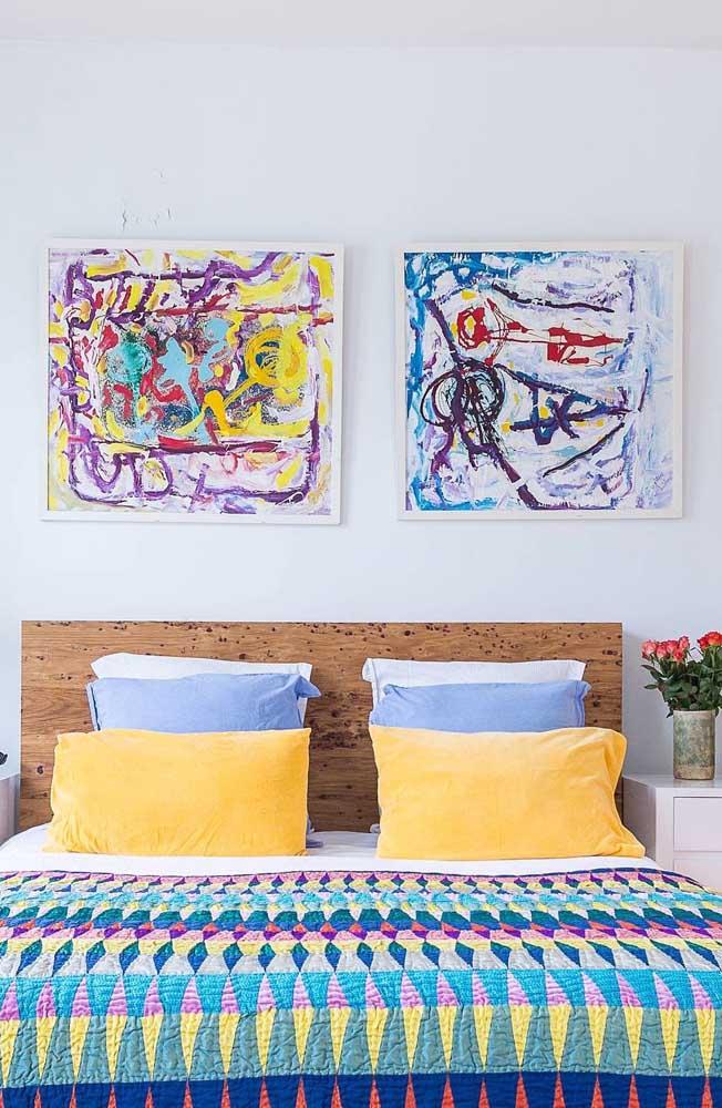 Por aqui, a colcha de patchwork e os quadros na parede parecem terem sido feitos um para o outro