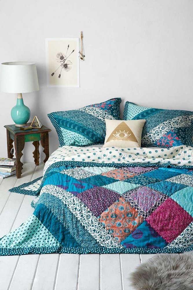 Azul e roxo formam essa colcha de retalhos para o quarto do casal; os travesseiros fazem parte do conjunto
