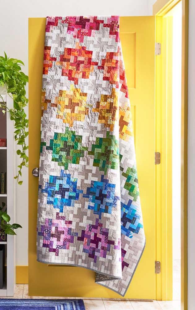 As cores do arco íris estampam essa colcha em patchwork