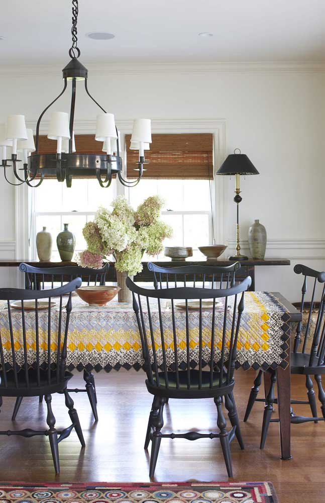 Toalha de mesa em patchwork nas cores preto, branco e amarelo