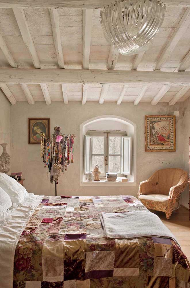 A proposta rústica de decoração desse quarto combinou perfeitamente com a colcha em patchwork
