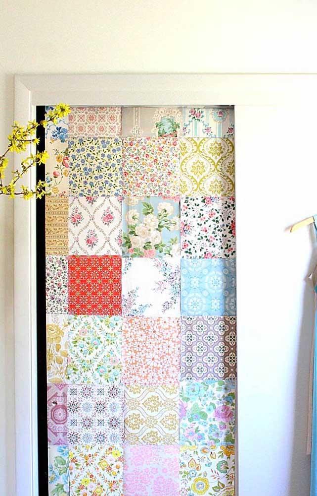 Use o patchwork para estampar portas; aqui, ele se tornou um revestimento perfeito