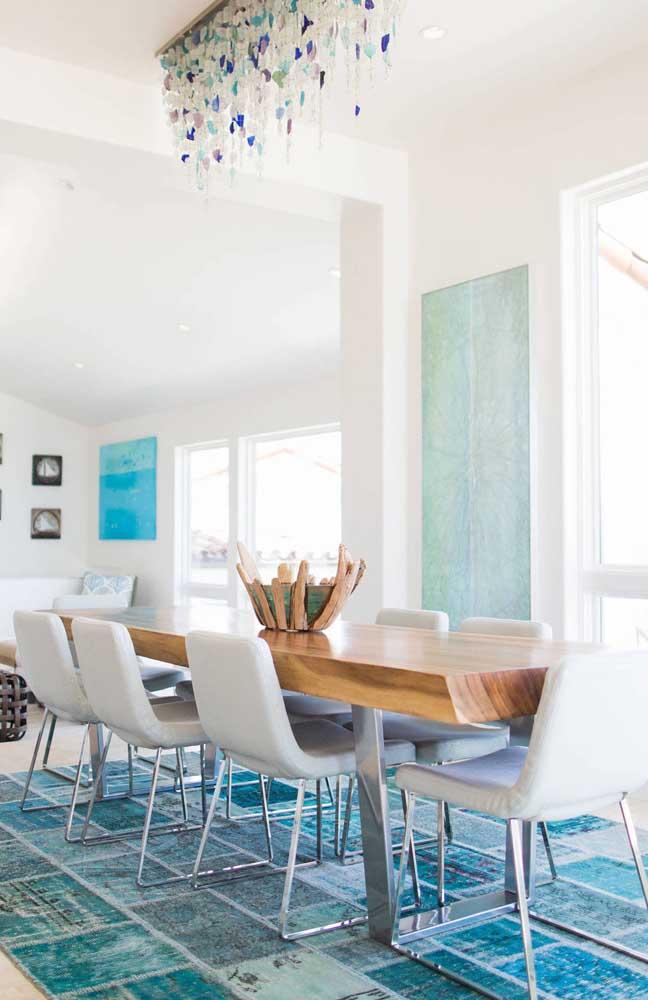 O tapete azul em patchwork é o destaque dessa sala de jantar moderna e elegante