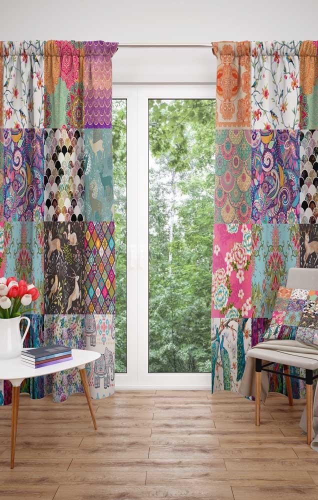 Para quem não tem medo em ousar na decor, a cortina em patchwork é uma excelente opção