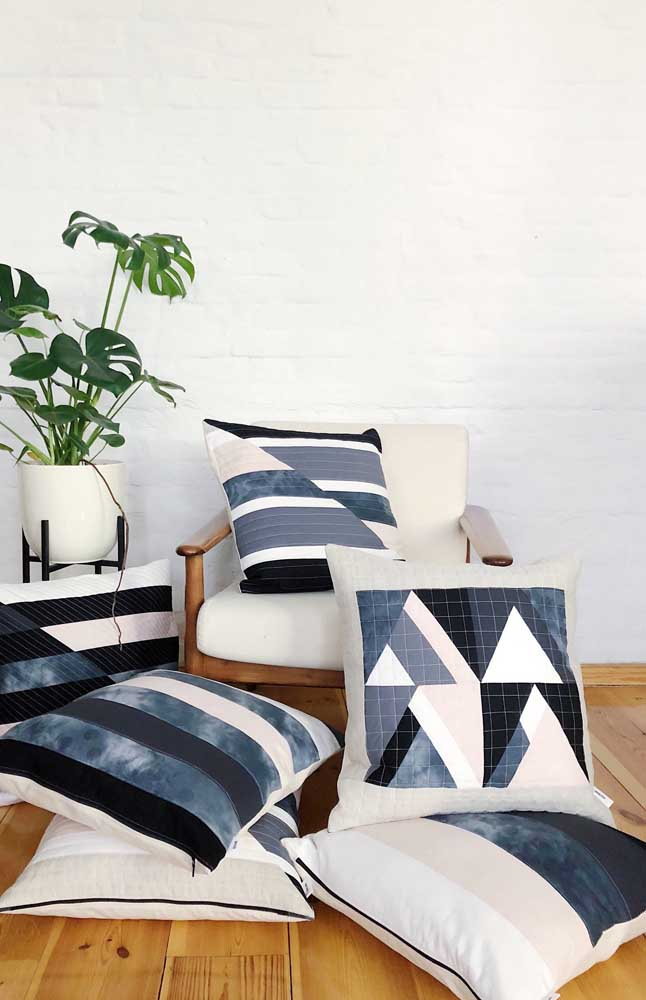 As capas de almofada são uma ótima maneira de incorporar o patchwork na decoração