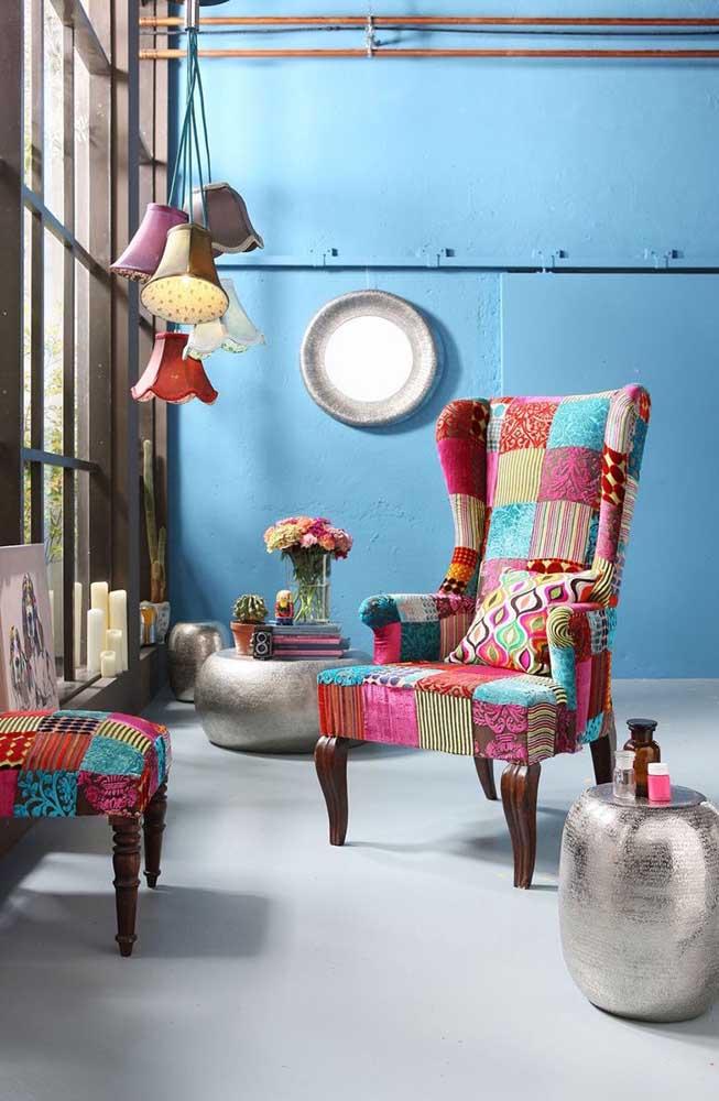 Uma decor estilosa e contemporânea com poltrona e apoio para os pés em patchwork
