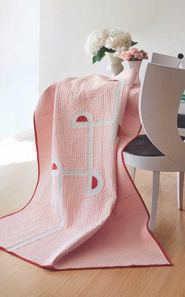 Pura delicadeza essa toalha de mesa em patchwork cor de rosa