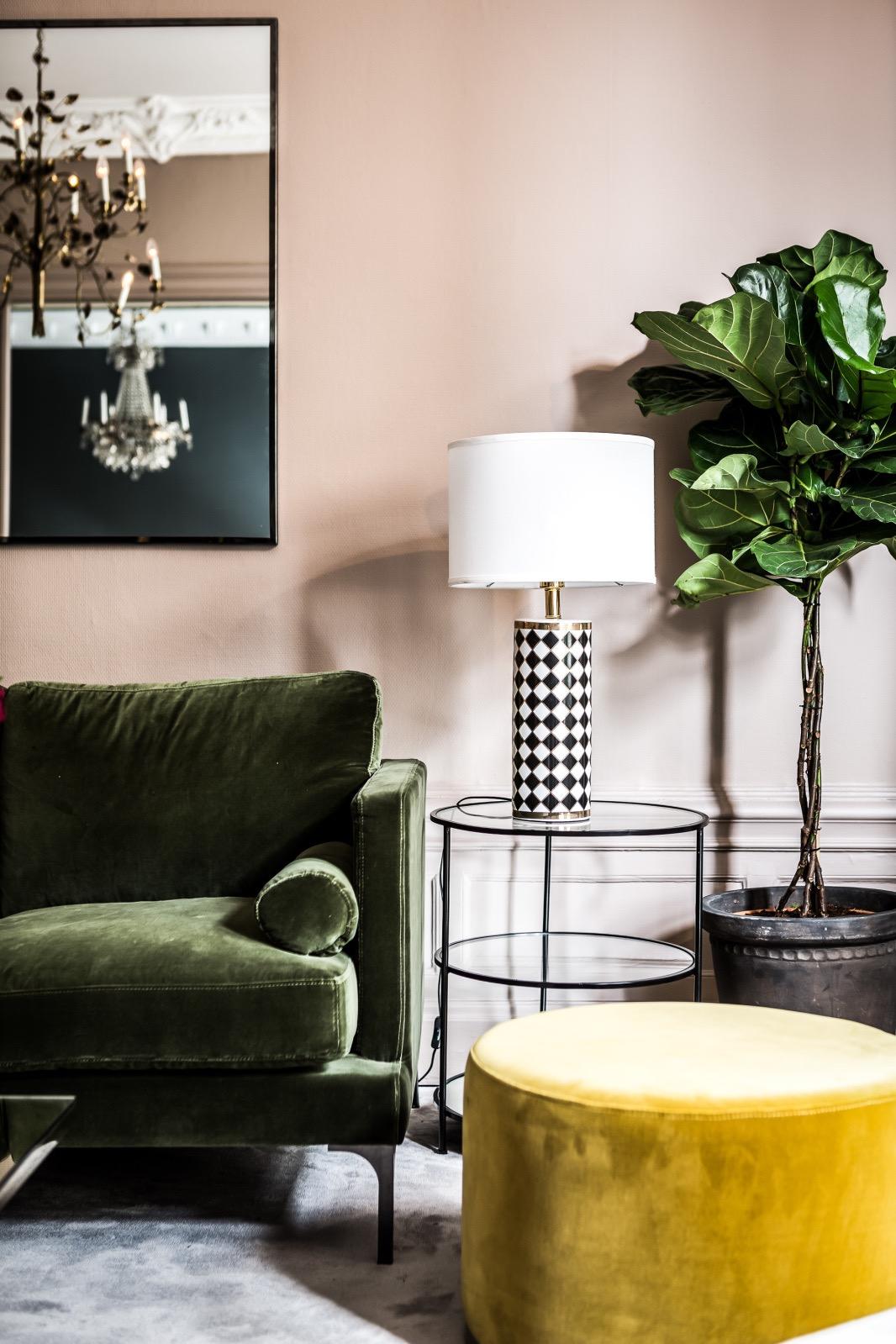 O puff redondo para sala fica perfeito na cor amarela com o objetivo de quebrar a seriedade do ambiente.
