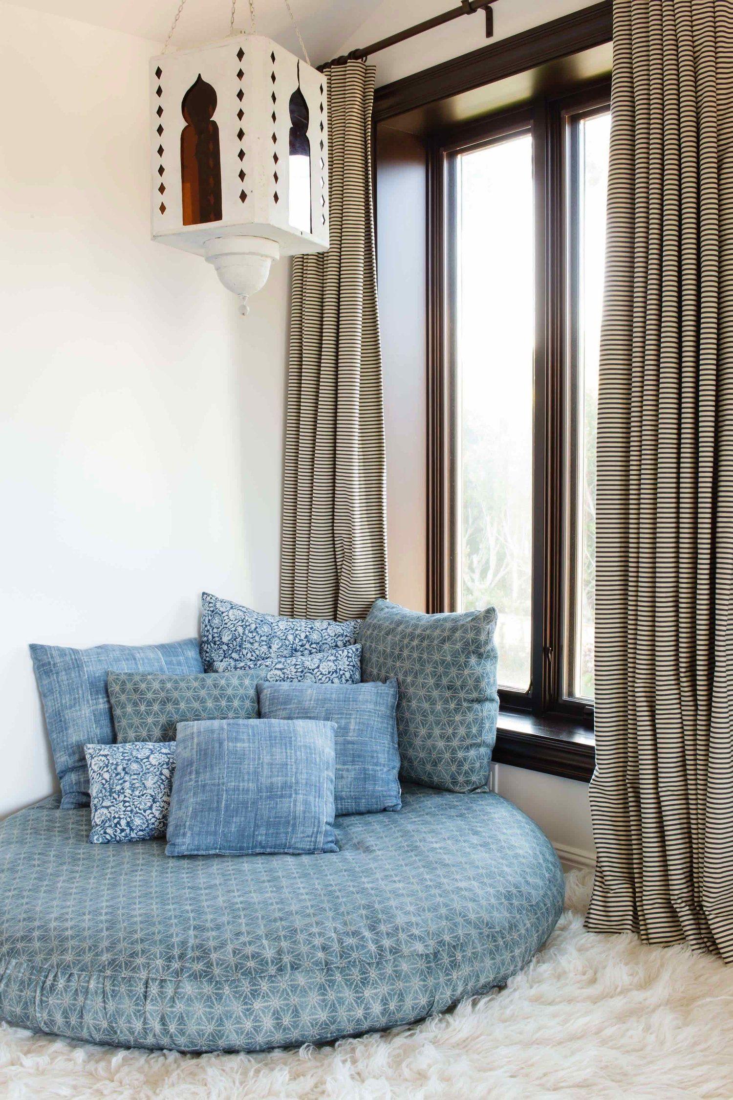 Existem modelos de puff redondo que mais parecem uma cama de tão confortáveis e aconchegantes.