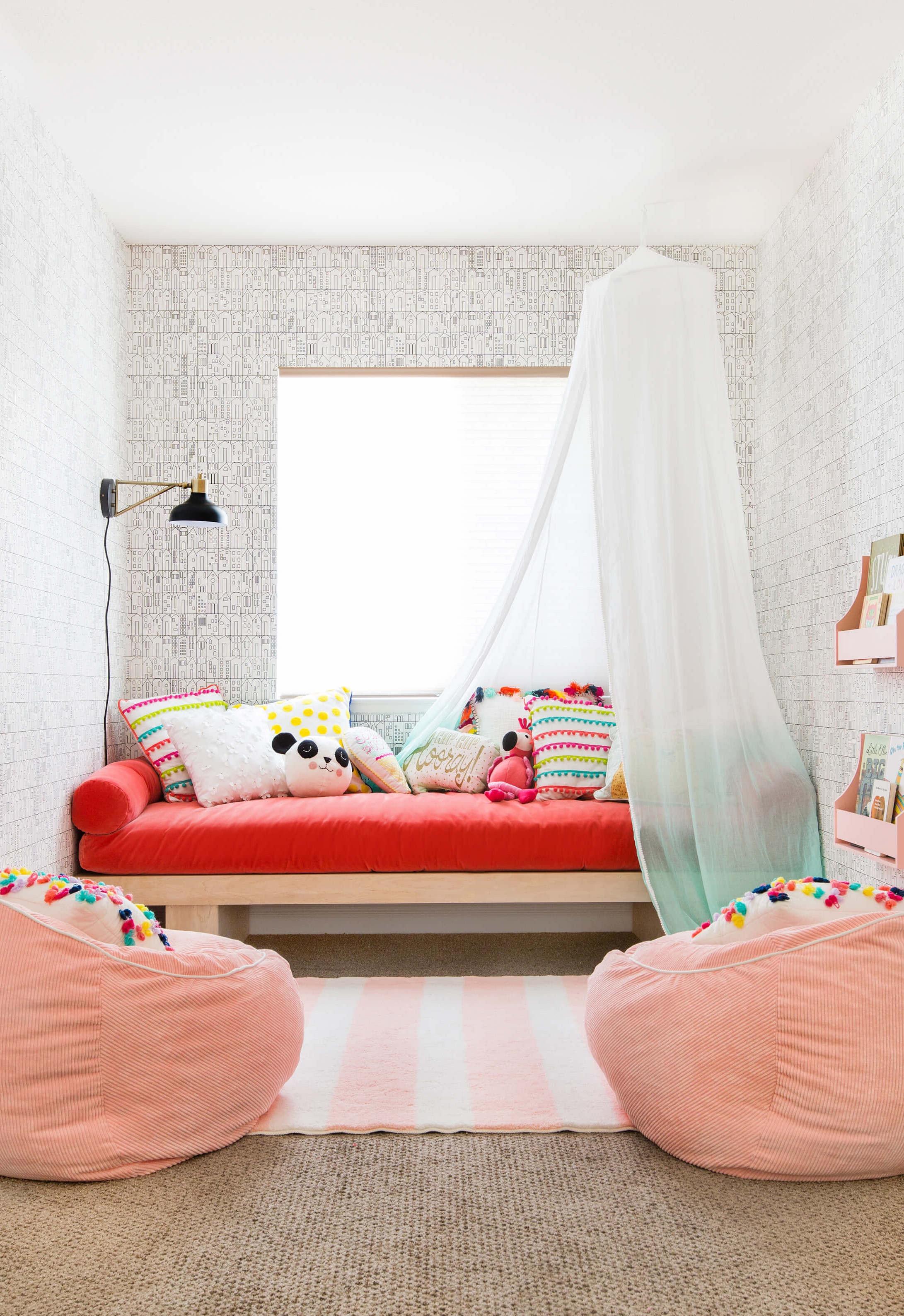 Que tal colocar dois puffs redondos no quarto das crianças? É uma ótima opção para receber os amiguinhos.