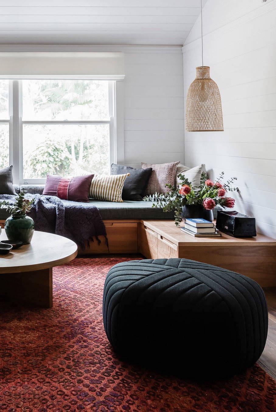 O puff redondo preto é muito charmoso, além de deixar o ambiente mais moderno.