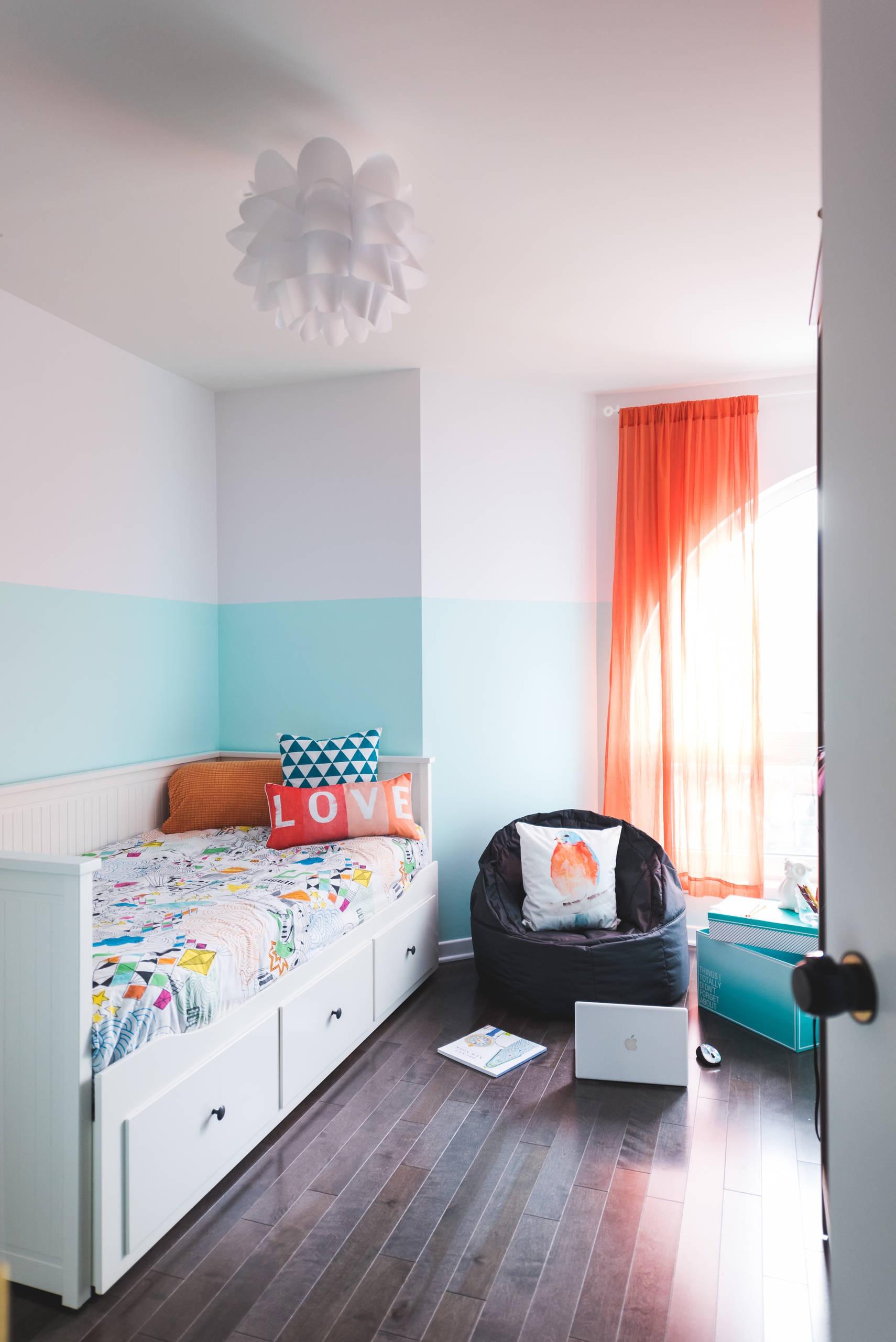 Modelo de puff redondo preto para colocar no quarto das crianças. Como o formato é de uma poltrona, pode servir como cantinho da leitura.
