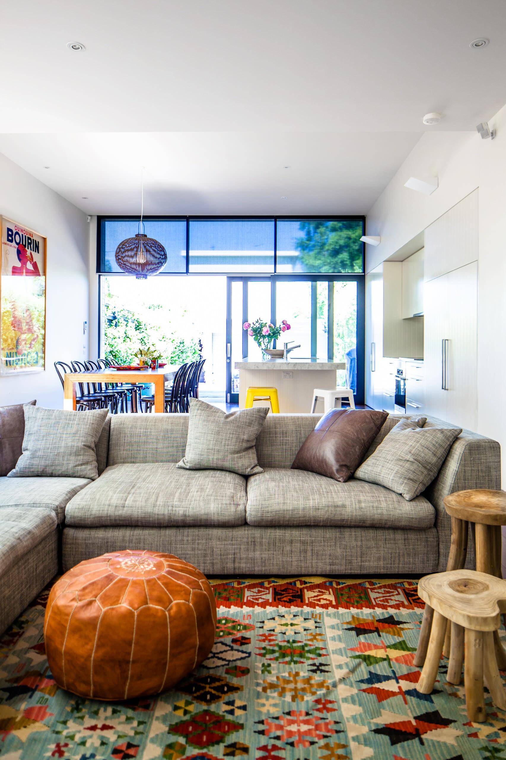 Se você deseja ter uma peça bem charmosa para colocar na sala de estar, escolha um puff no estilo de couro.