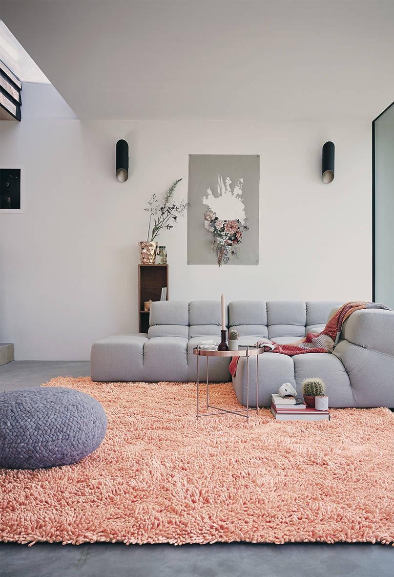 Para combinar com o sofá da sala de estar, escolha um puff redondo no mesmo tom.