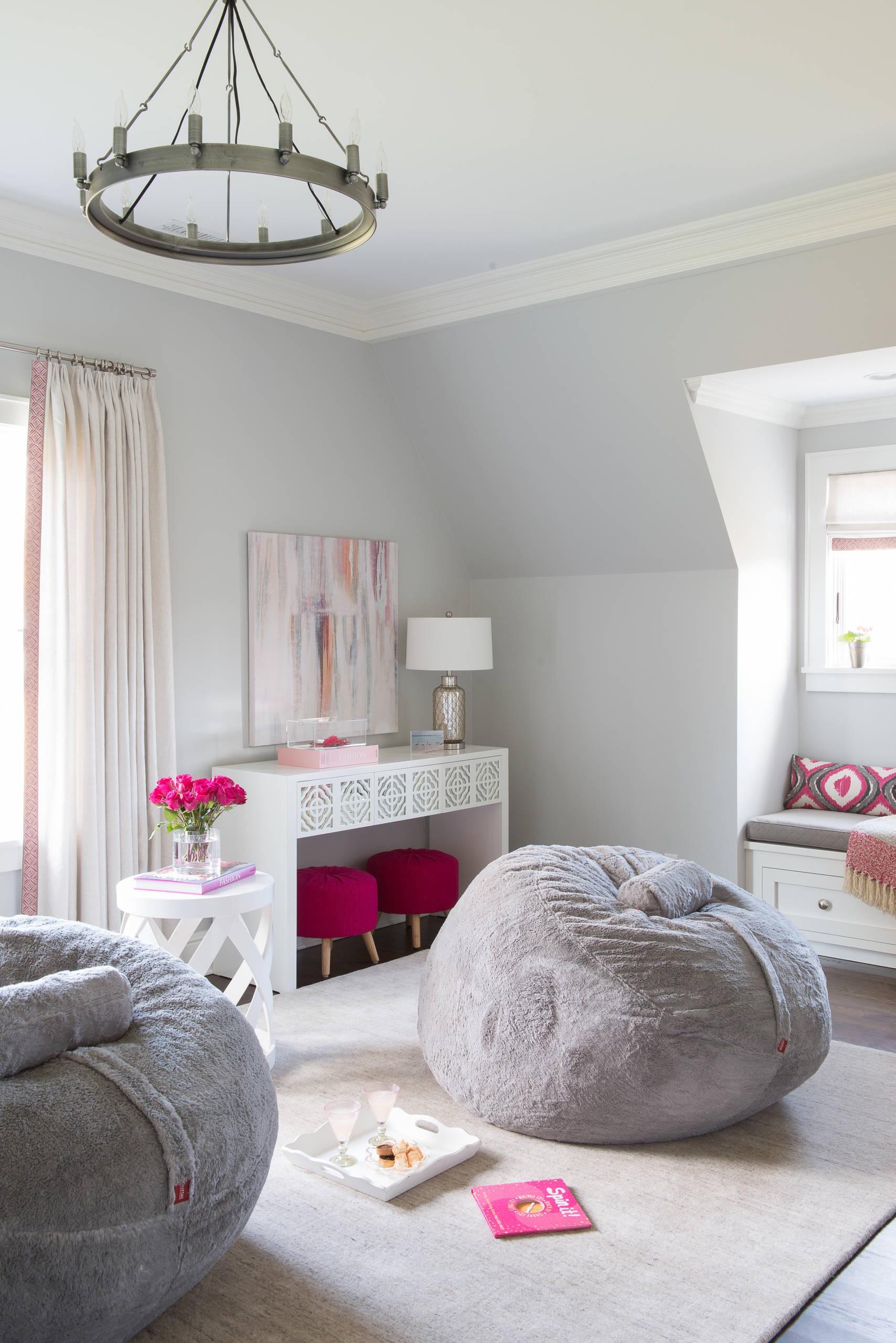 O veludo é um material que transmite muito conforto, então aposte nele para fazer o puff redondo da sua casa.