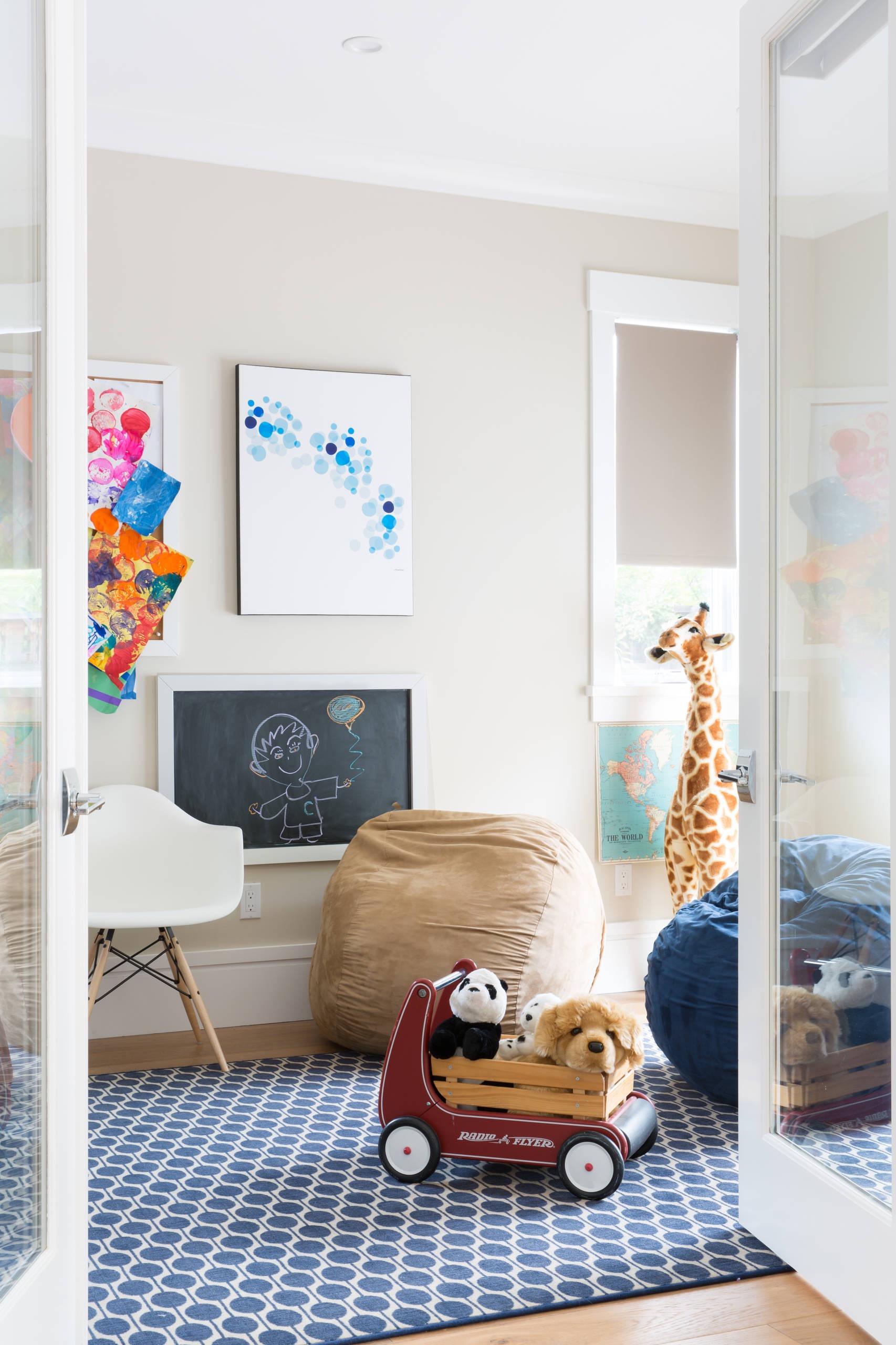 No quartinho das crianças coloque puffs de cores diferentes para deixar o ambiente mais alegre.