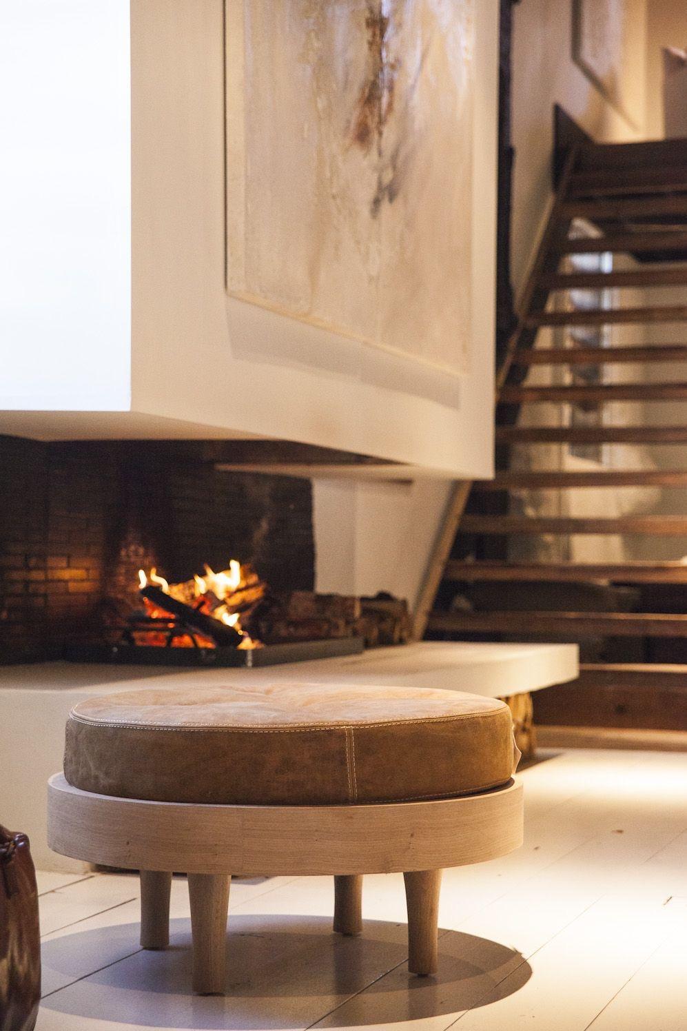 Para ambientes que seguem um estilo mais rústico, o ideal é escolher um puff nos tons terrosos.