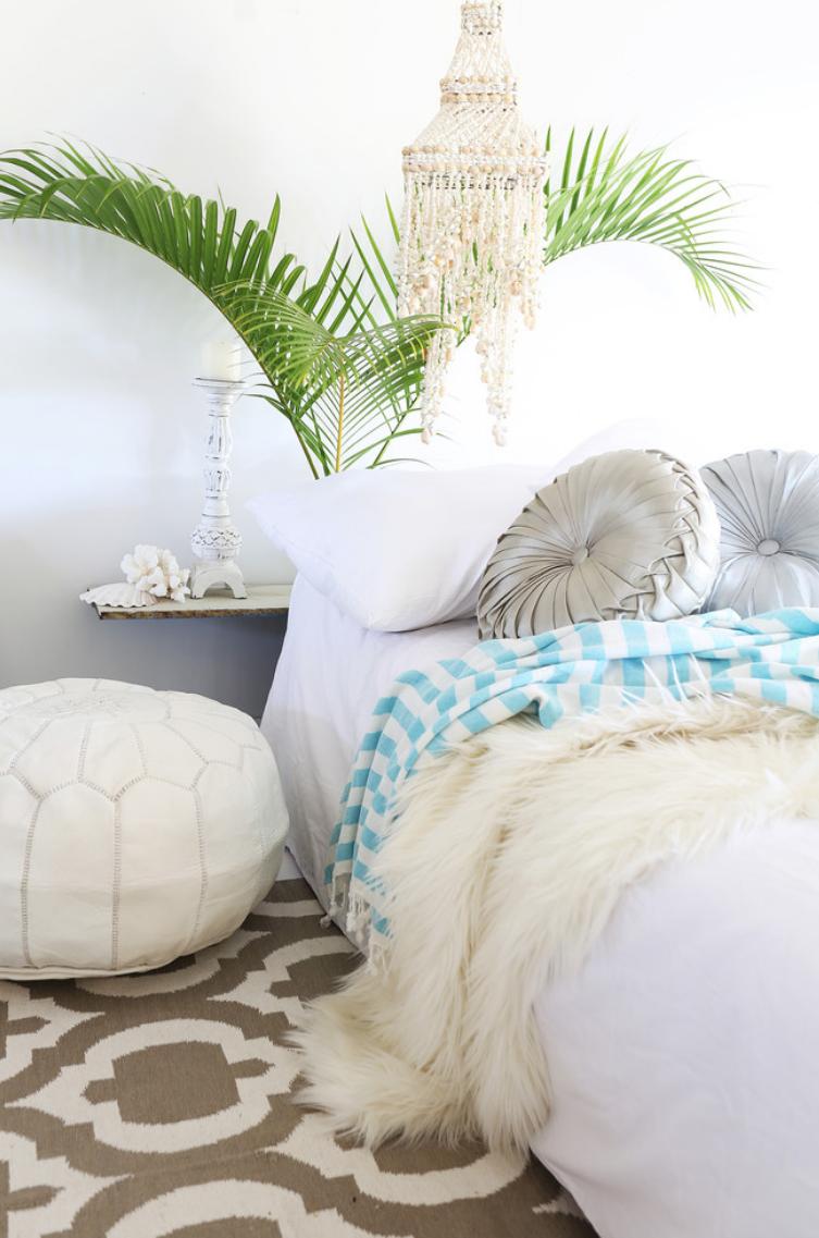 Você pode colocar um puff redondo ao lado da cama como se fosse uma mesinha de cabeceira.
