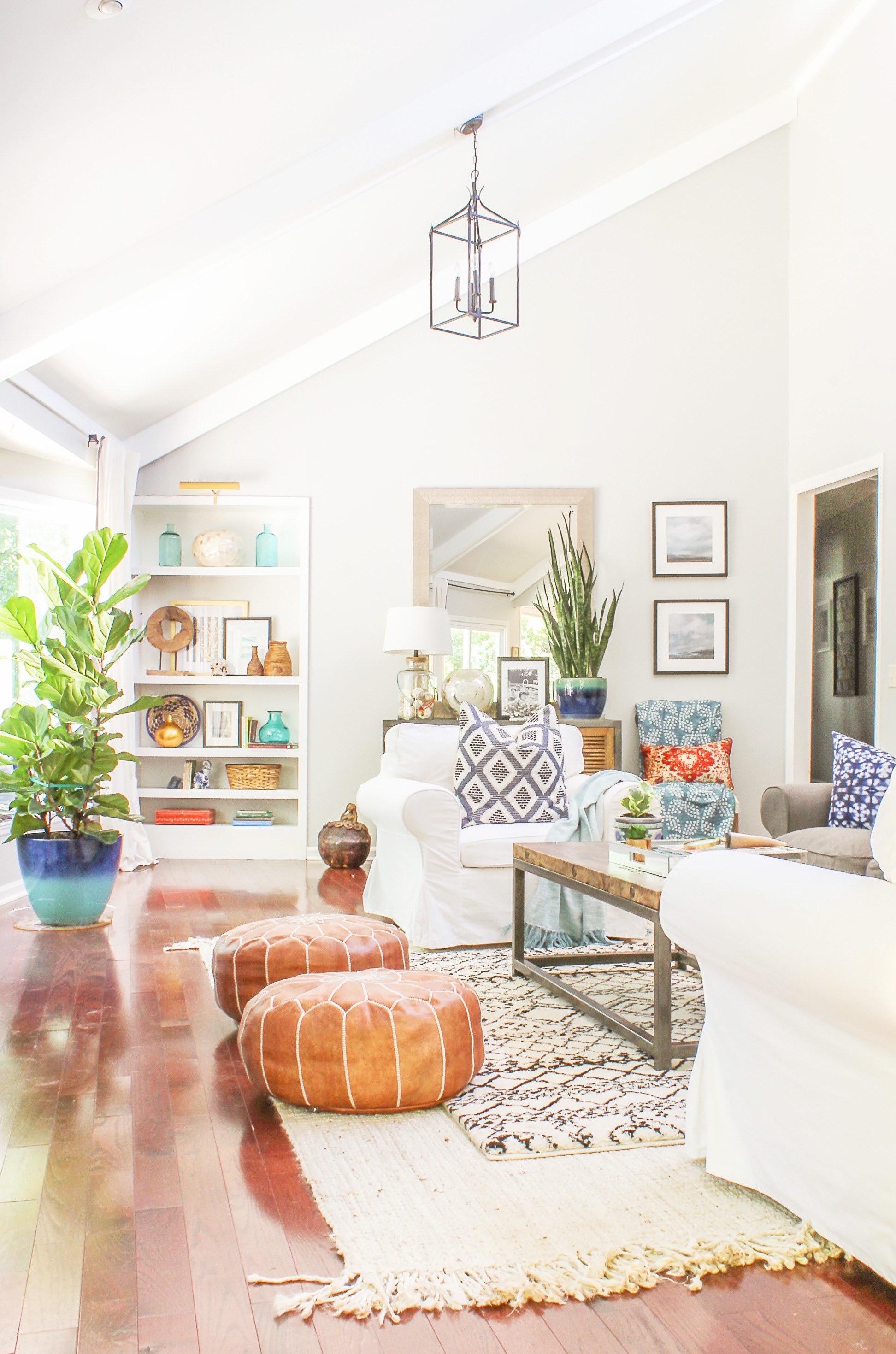 Quer deixar o ambiente mais estiloso? Aposte em puffs com cores que contrastam com o restante da decoração.