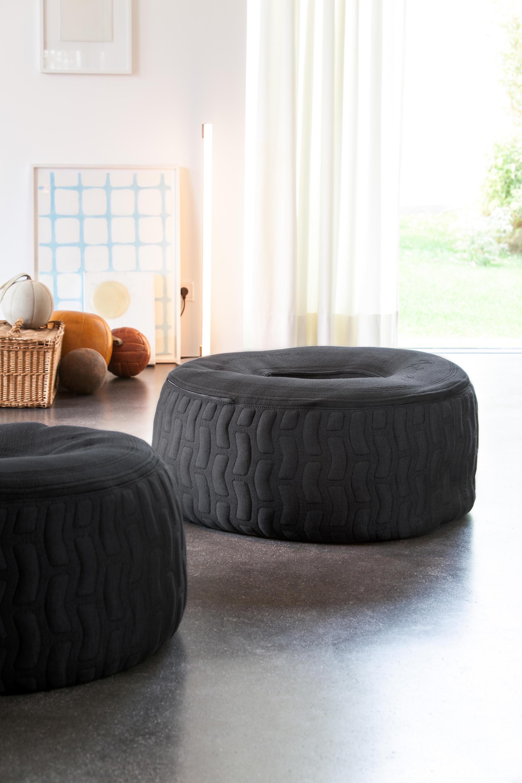 Olha que fantásticos esses puffs redondos no formato de pneu. Diferente, ousado e estiloso.