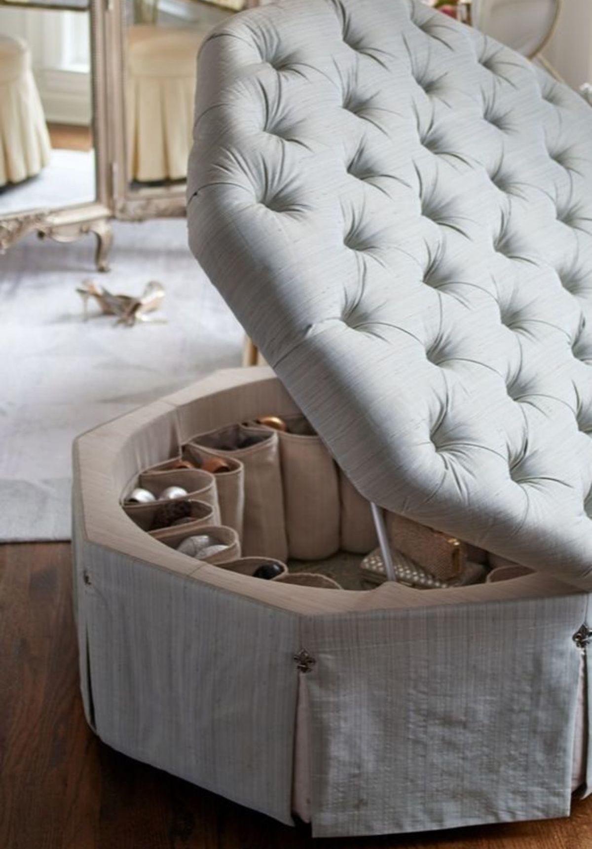 O puff gigante redondo é uma boa opção para quem deseja ter dois itens em um só: puff para sentar e baú para guardar seus pertences.