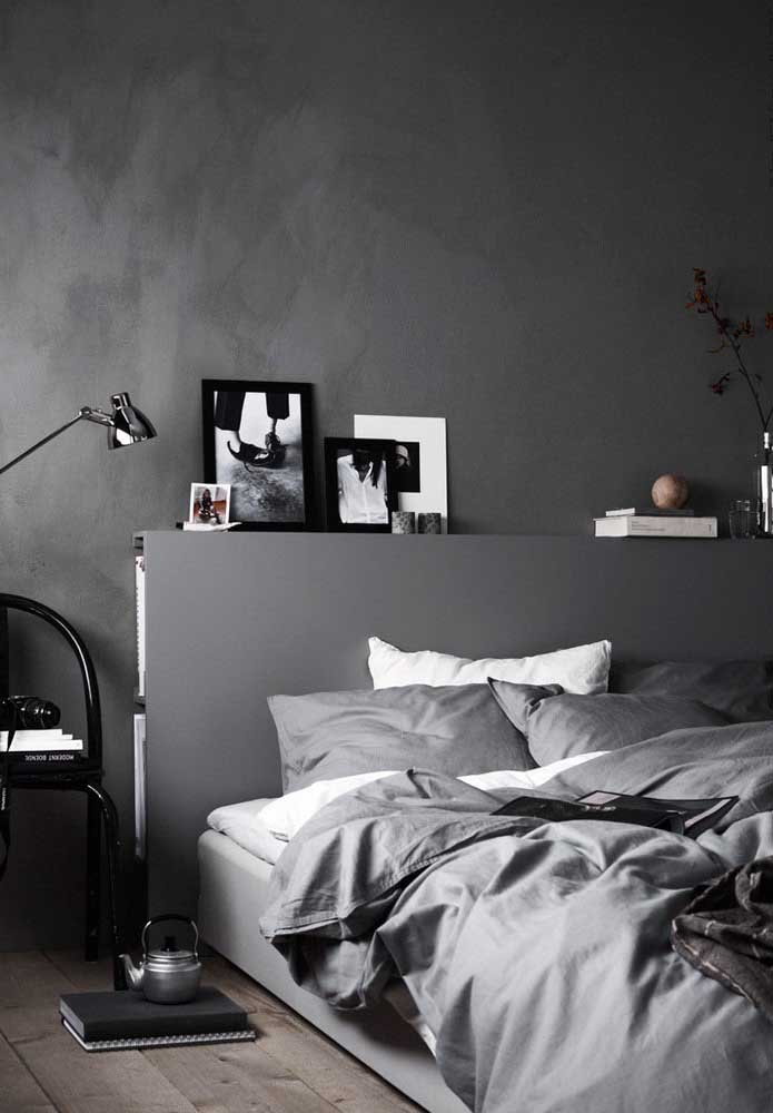 A cor cinza está presente na parede e nos elementos decorativos desse quarto.