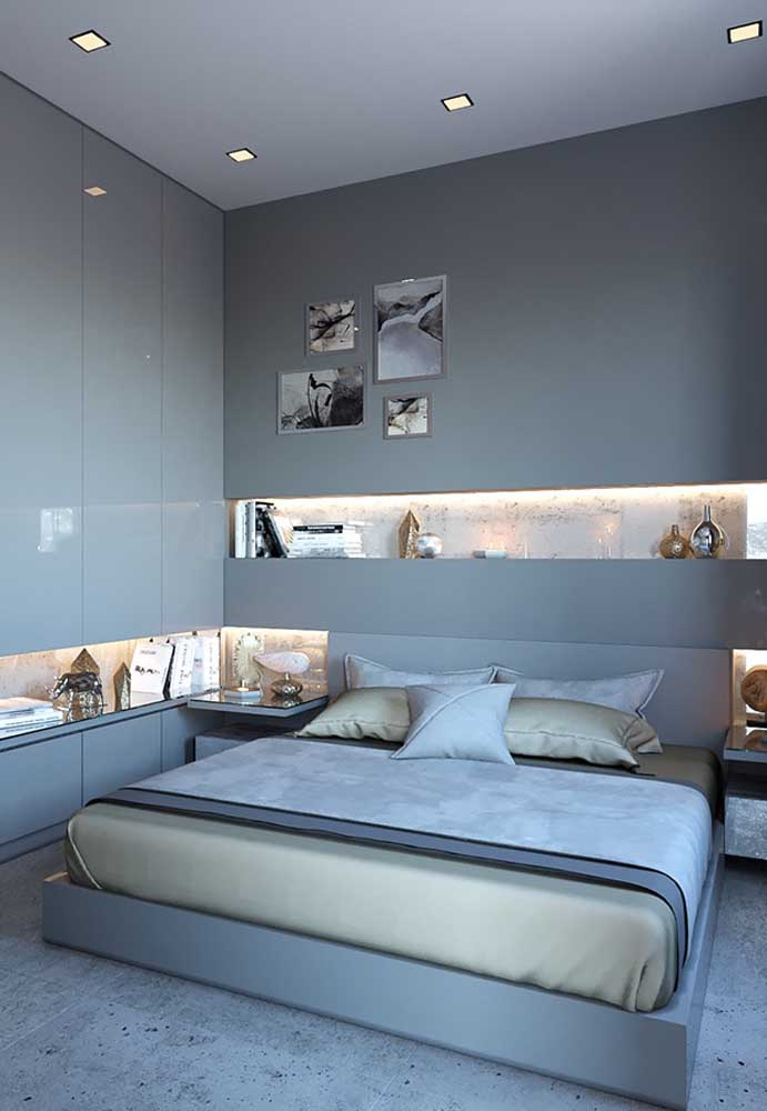 Que tal apostar em um quarto com parede cinza? O destaque fica por conta da iluminação que deixa o ambiente mais sofisticado.