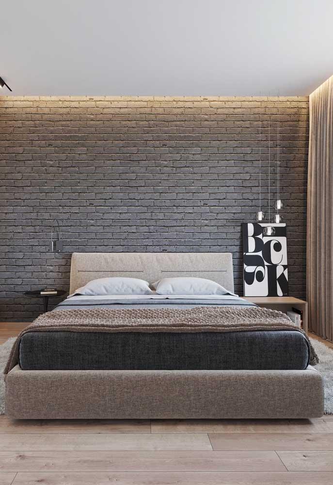 A parede de tijolos cinza deixa o quarto com uma aparência mais moderna.