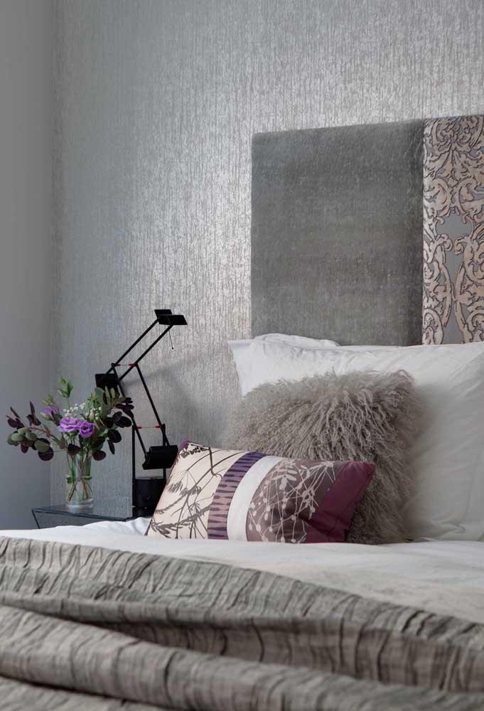 Você pode usar outras cores nos elementos decorativos do quarto cinza.