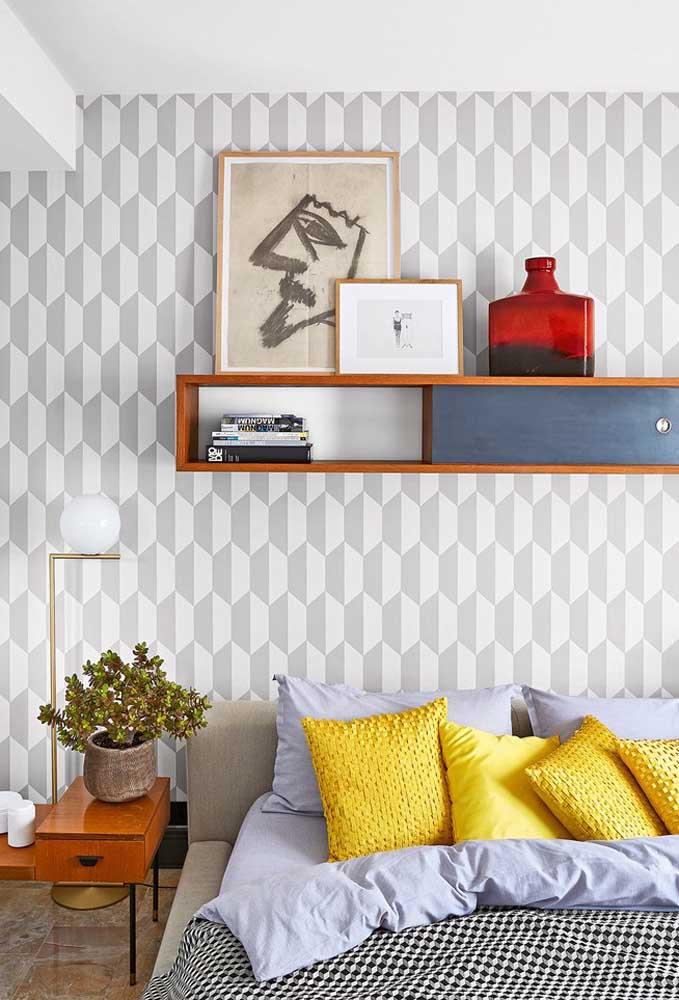 O quarto cinza e azul ganha mais energia com os detalhes na cor amarela.