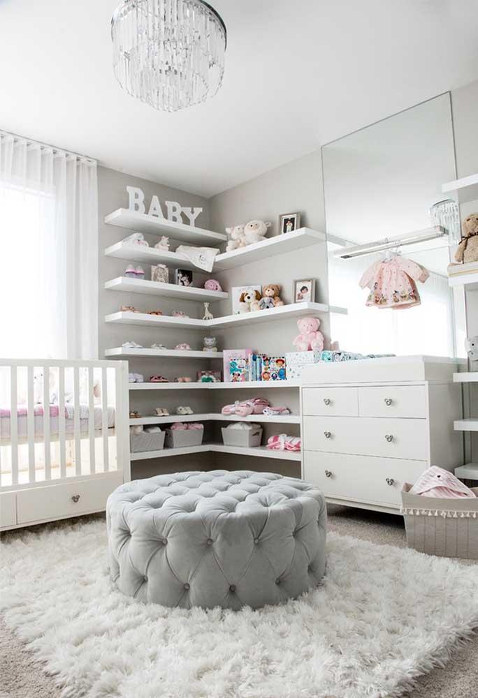 Para transmitir paz e tranquilidade, escolha um quarto de bebê cinza e branco.