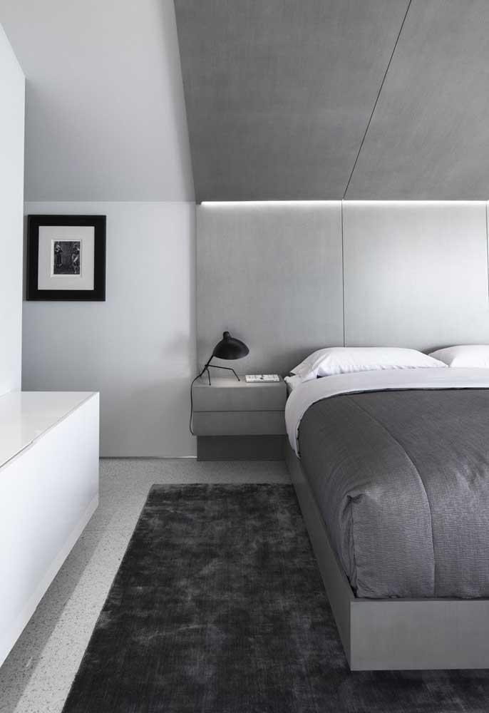 Um belo tapete faz toda a diferença no quarto de casal.